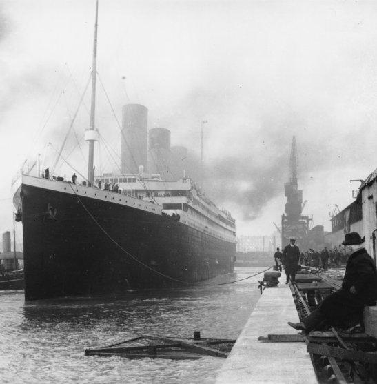 Fortschritts-Naivität, -Euphorie und -Tragödie 1912, hier noch in den Docks von Southampton.   Unbek. Künstler / Wikimedia Commons