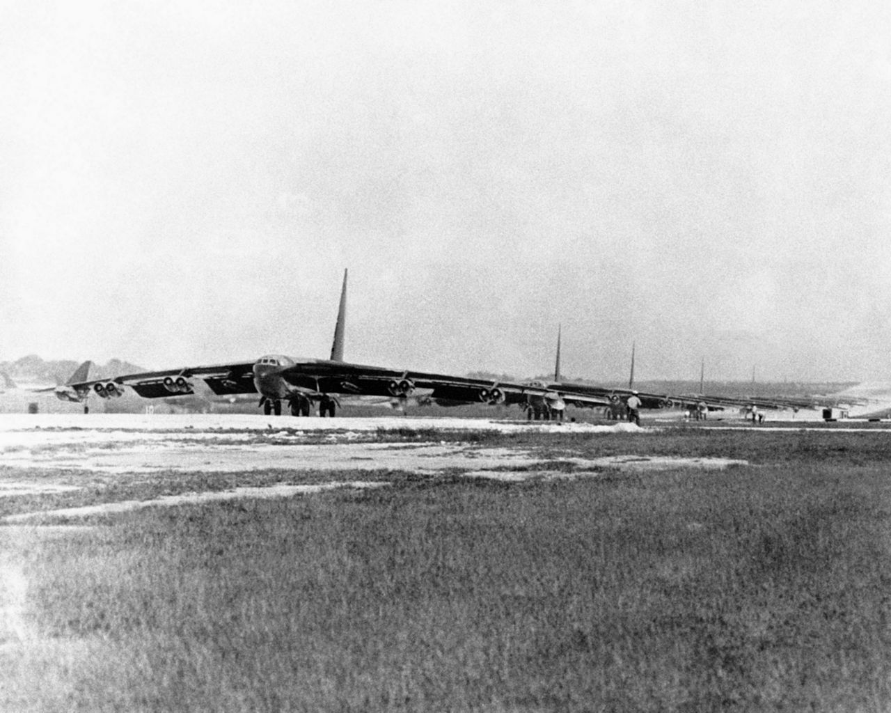b 1280px-B-52Ds_before_takeoff_Andersen_AFB_Dec_1972