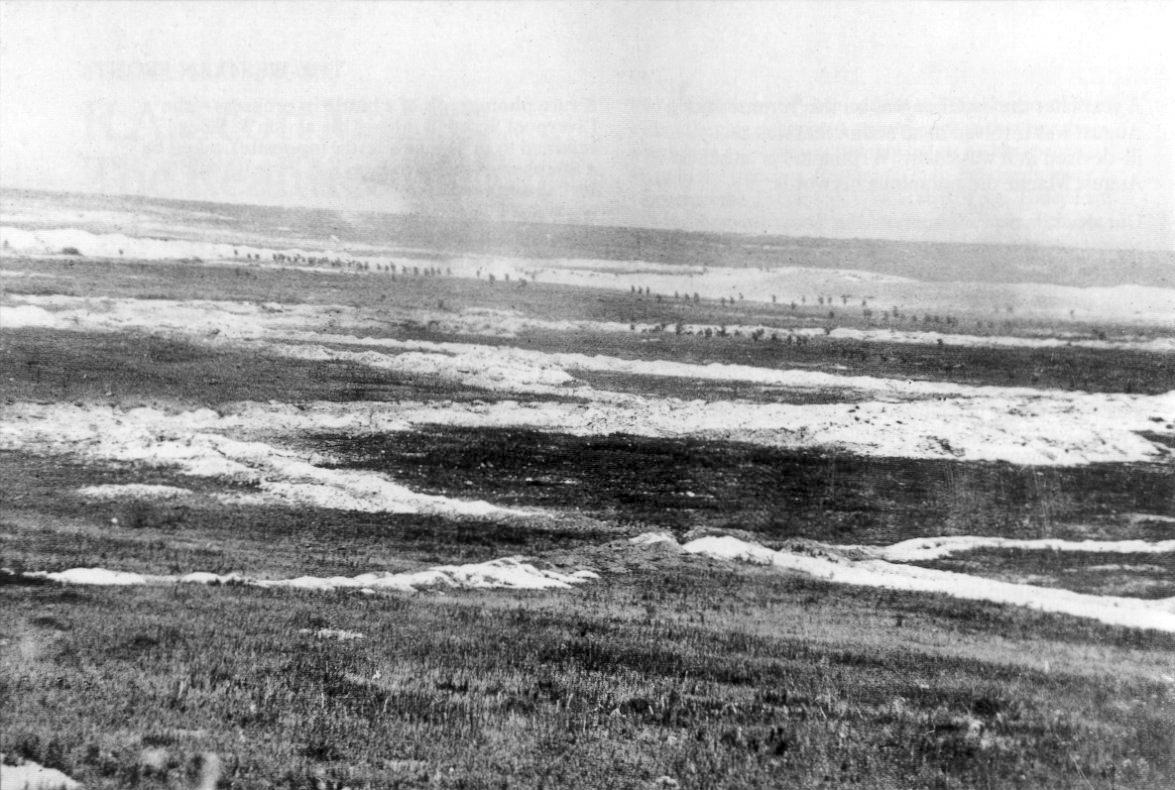 1. Juli 1916, erster Tag der Schlacht an der Somme: Britische Truppen durchqueren das Niemandslands bei Mametz. Die weißen Flächen bestehen aus Kalk vom Ausheben der Schützengräben. Photo Q 87 des