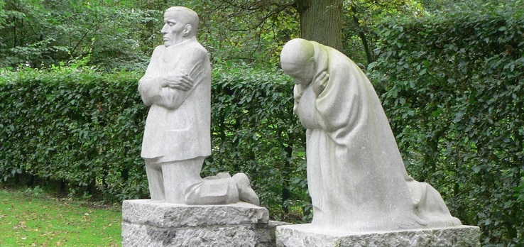 Trauerndes Elternpaar, von Käthe Kollwitz (Deutscher Soldatenfriedhof in Flandern)
